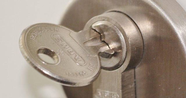 porte d'entrée : comment changer un cylindre de serrure ... - Comment Changer La Serrure D Une Porte