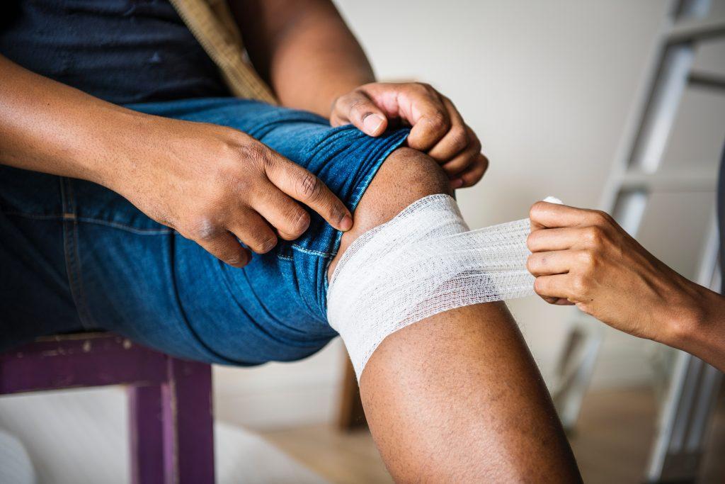 Un homme soigné du genoux