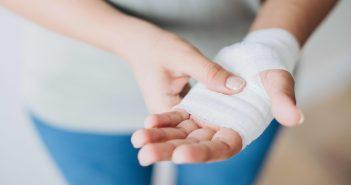 Une femme qui porte un pansement à la main