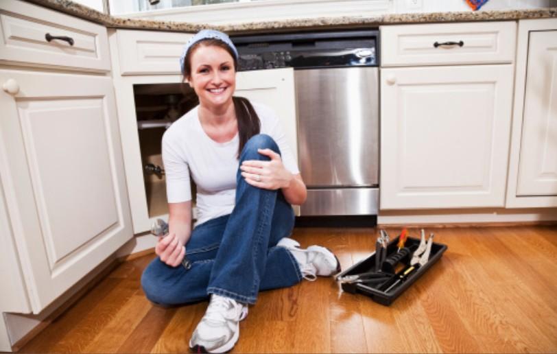 femme qui bricole dans une cuisine