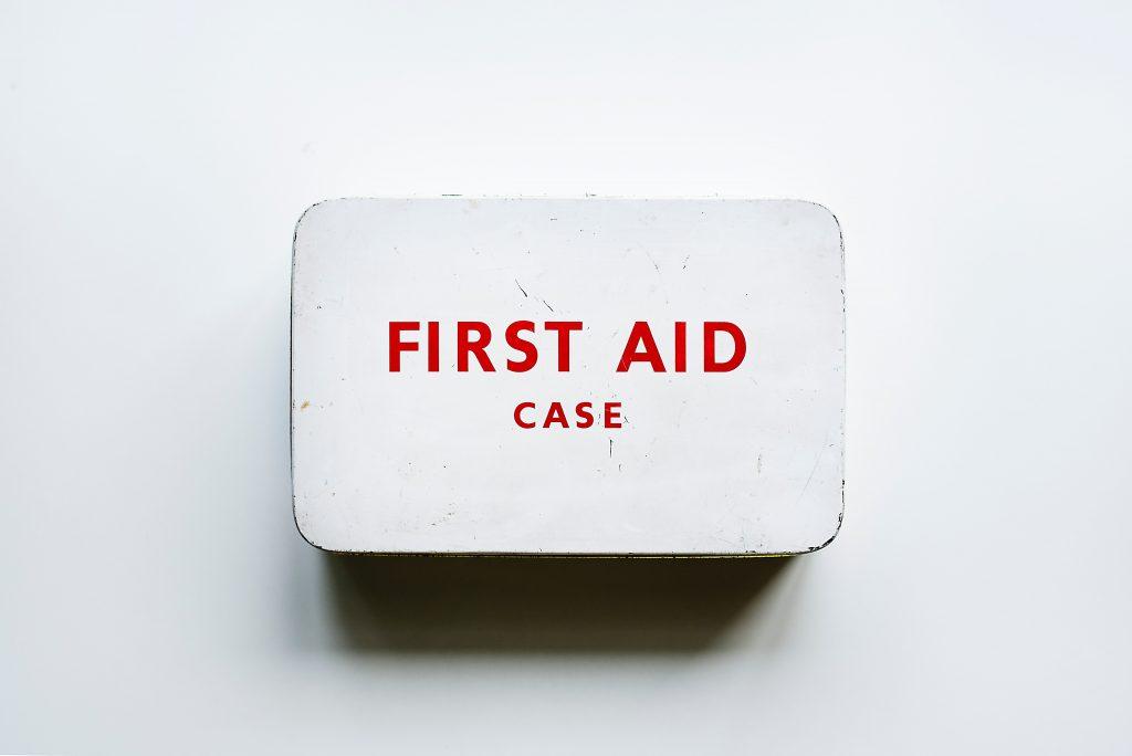Une trousse de premiers secours
