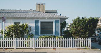 Maison de plein-pied américaine avec une clôture en barrières blanches