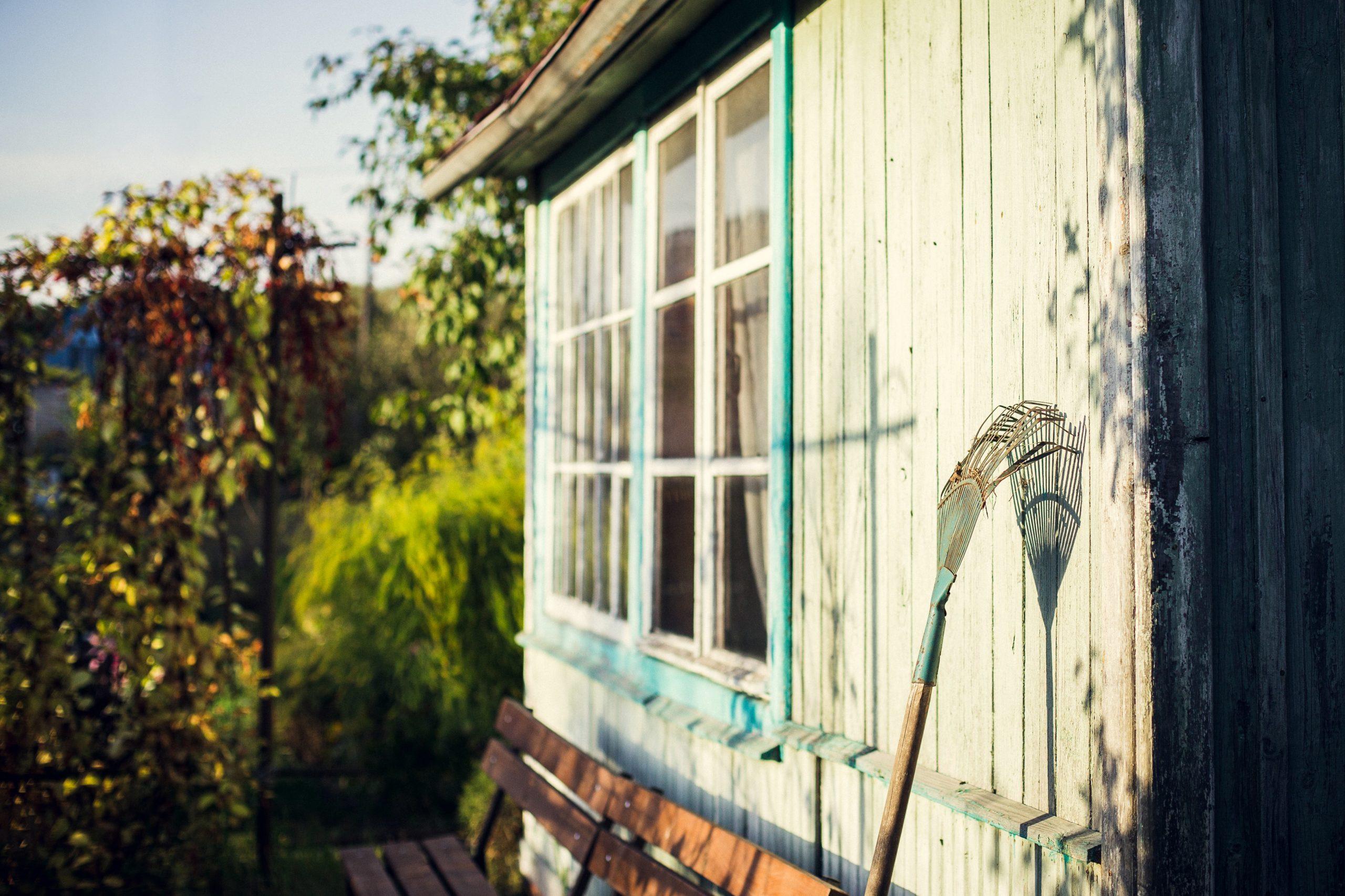 Façade d'un abri de jardin avec rateau